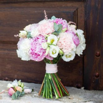 Букет невесты из пионов и гвоздик «Искры чувств»