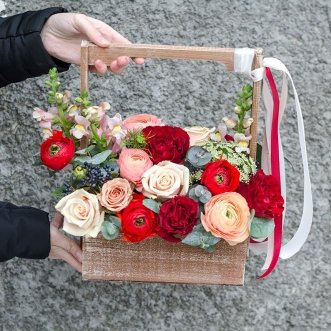Розы и антирринум в ящичке