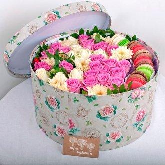 10 макарун с розами и хризантемой