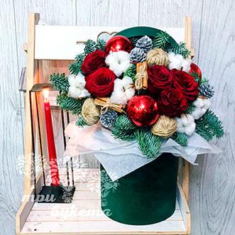 5 роз в новогодней коробке